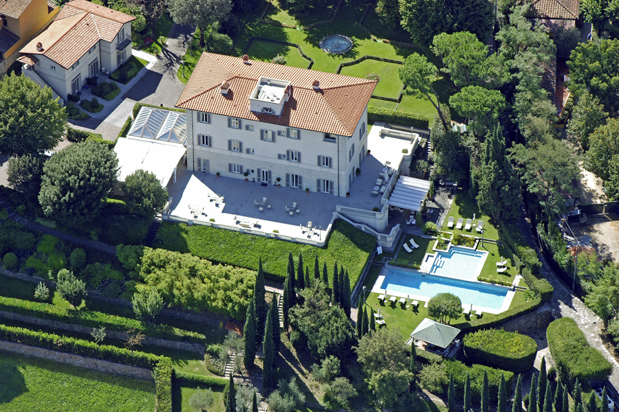Villa for wedding in Italy with large terrace and 18 rooms up to 40 people