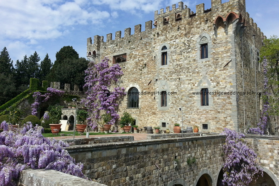 Fairytale castle in Tuscany with courtyard for wedding in Italy